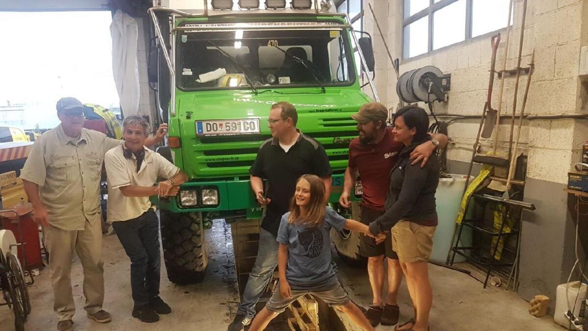 Her står familien samlet med campingbilen. Roar Josephsen, far Alexander Oberlechner, mor Angelika Bereuter sammen med barne og verkstedansatte.