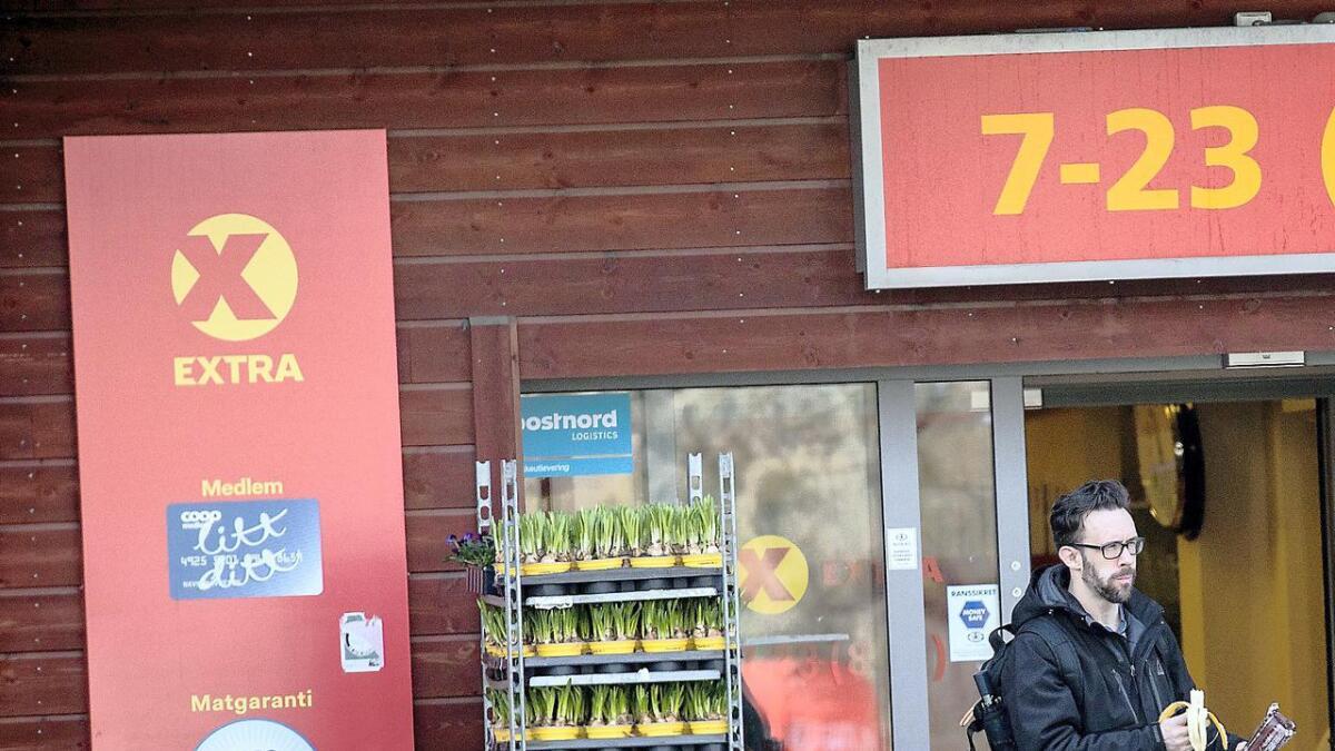 Evan McLaren på vei ut av en butikk i Arendal 6. april i år. I fjor flyttet han til byen, og er nå plassert på Alliansens liste til kommunevalget i sin nye hjemby.