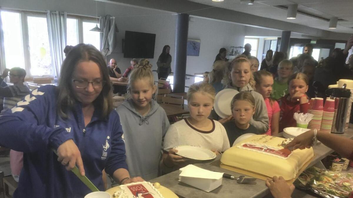 Det mangla ikkje på kaker då Voss handballkludd feira 30-års jubileum laurdag.