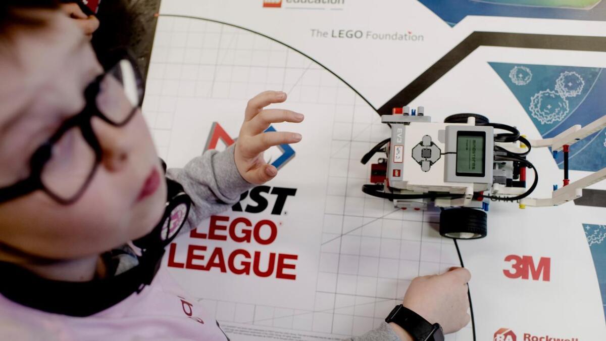 I konkurransen bygger alle eigne robotar som skal løyse oppgåver på spelbrettet. Her ein konsentrert Halvor Brunvoll Engebakken.