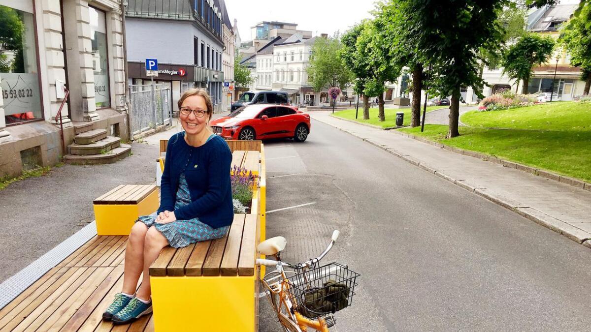 Miljøpartiet de grønnes ordførerkandidat i Skien, Mona Nicolaysen, mener utemøblene som er plassert rundt i Skien gjør sentrum mer attraktivt.
