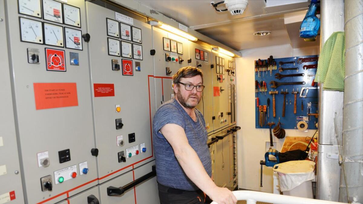 Tavlerommet med styring av strøm og generatorer, og med mekanisk arbeidskrok for service og reparasjoner.