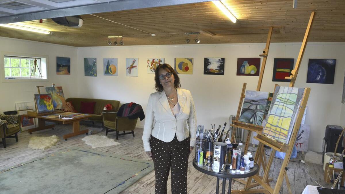 Cristina Vendelsen ønsker besøkende velkommen både til utstillingen på Opaker og galleriet i Sjølivegen.