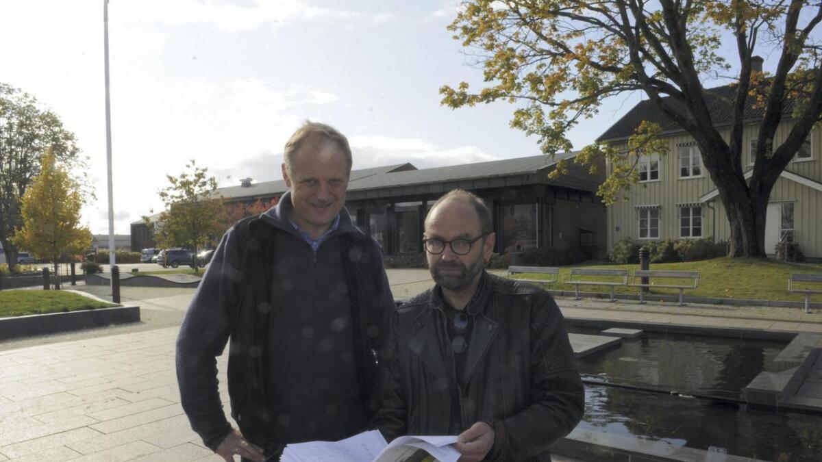 Tom Roterud, Sp (t.v.) og Erlend Helle, Ap, la fram posisjonens endringsforslag som består av kutt og innsparinger i årene som kommer.