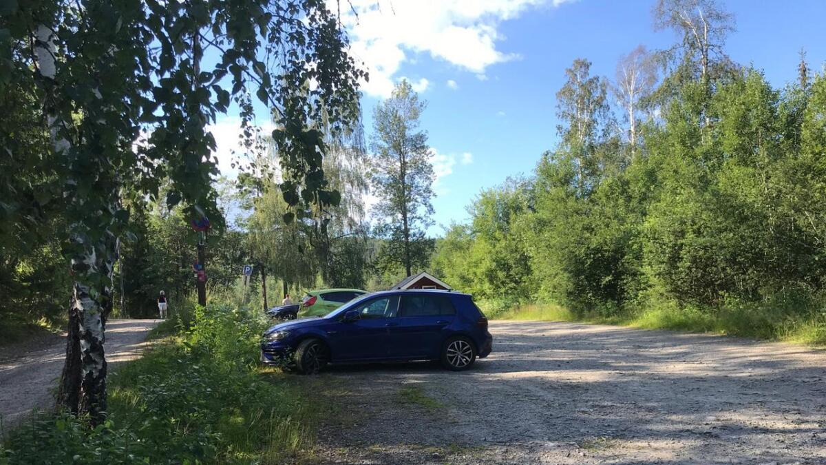 rtre biler sto parkert ved Åletjern onsdag ettermiddag. det er ikke lov verken å kjøre inn dit, eller parkere der, for andre enn funksjonshemmede og grunneiere.