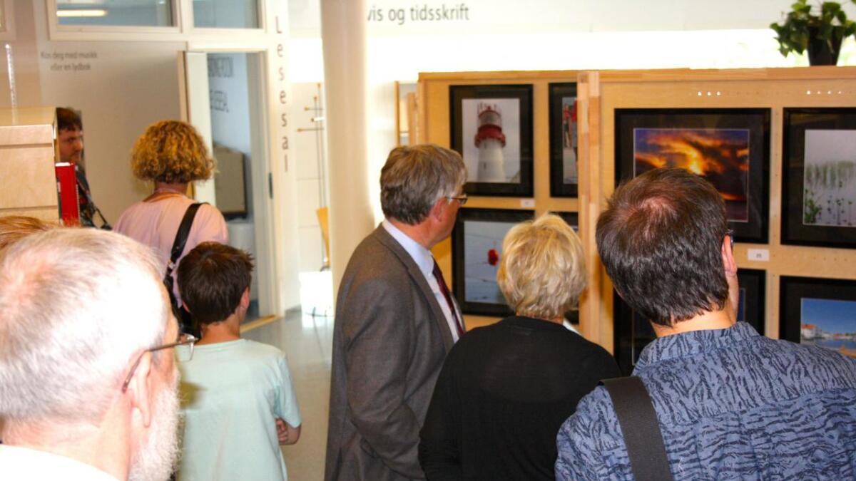 Mange hadde tatt turen for å se Lillesand Fotoklubbs sommerutstilling på biblioteket.