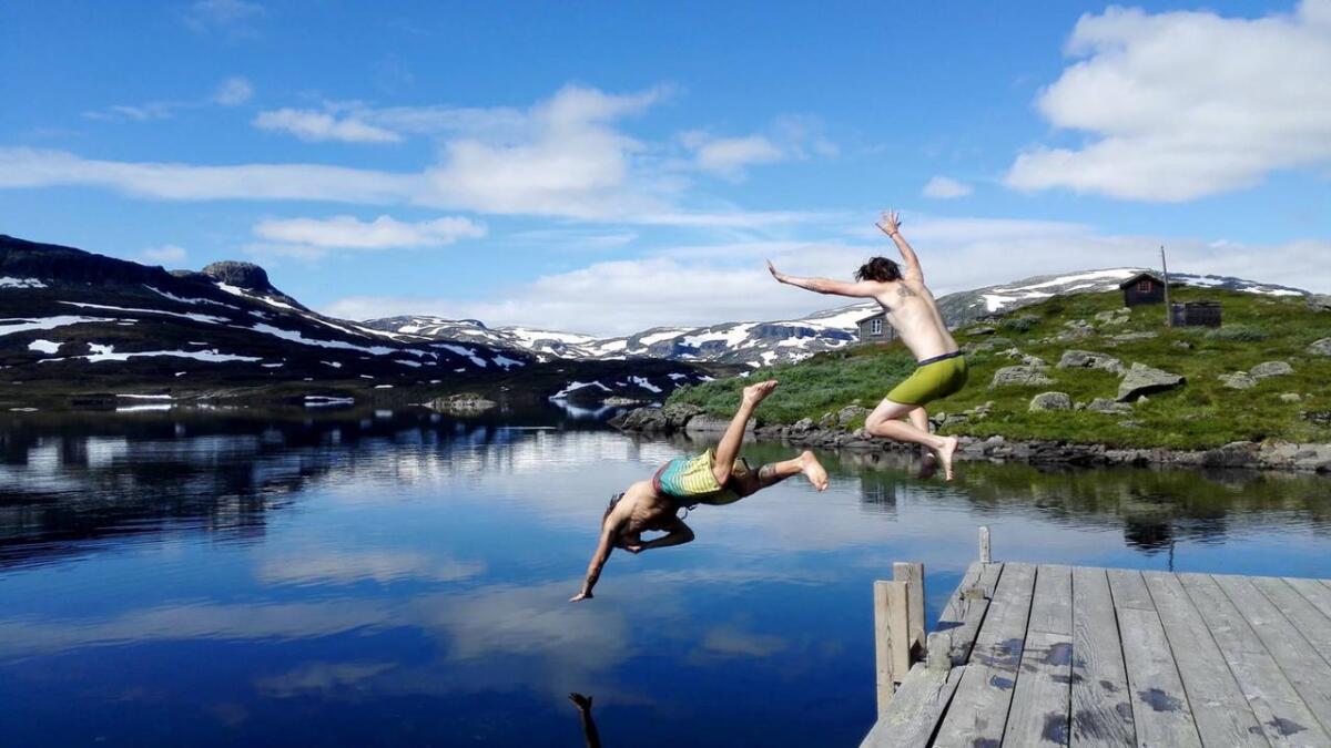 Den varme sommerdagen fikk mange av gjestene ved Haukeliseter Fjellstue til å kaste seg uti vannet, til tross for at temperaturen i badevannet ikke akkurat er sommerlig.