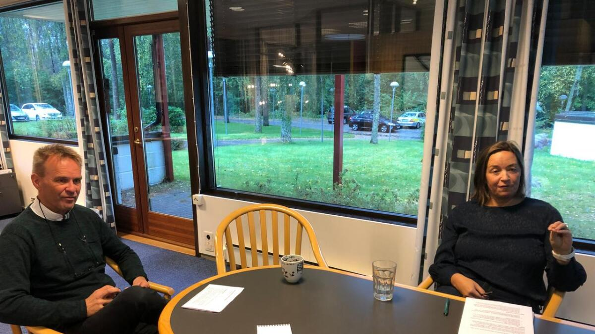 Distriktsredaktør Stig Bolme og regionredaktør Heidi Pleym informerte de ansatte om at det blir felles sending mellom Telemark og Vestfold på ettemiddagene.