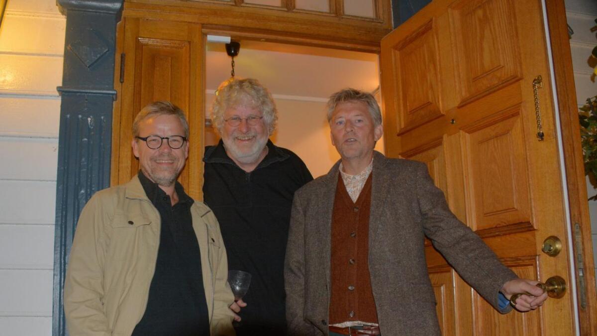 Arne Kristian Ekra og Arnt Gunnar Tønnessen er på vei til rådhuset. Her hjemme hos Øystein Haga.