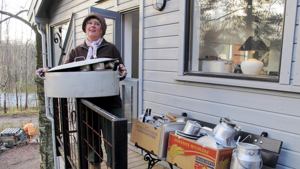 Marit Aanensen med en brøkdel av alle tingene som paret bar ned fra boligen sin og inn døra i bakgrunnen som er tilpasset kortenden på en banankasse.