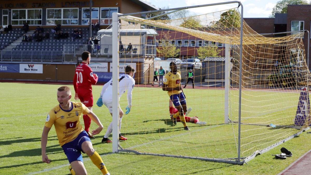 Chuma Anene og Jerv vant 2-0 mot Ull/Kisa på Levermyr søndag. Her scorer Anene etter 1.42 minutter. Ole Marius Håbestad jubler i forgrunnen.
