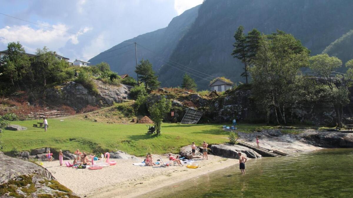 Mange både leika, sola seg og bada i Agnavika i førre veke. No er badeplassen stengt.