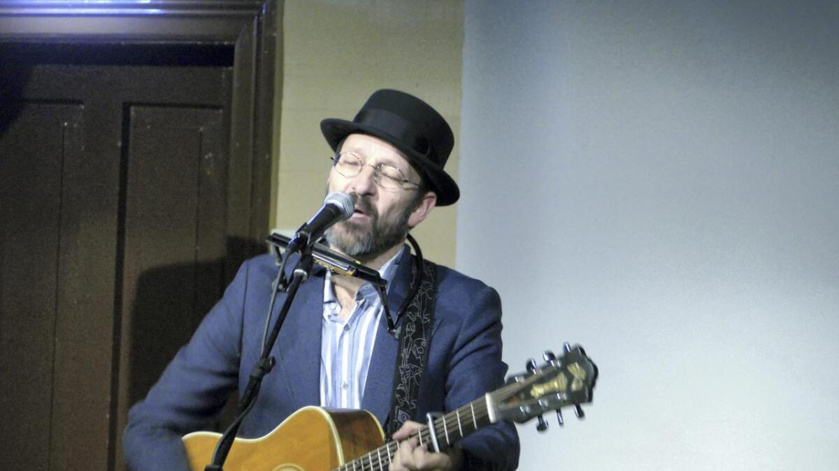 Ei sterk nynorsk røyst og kraftig gitar som tonefylgje, frå Tom Roger Aadland i Forsamlingshuset på Dale.