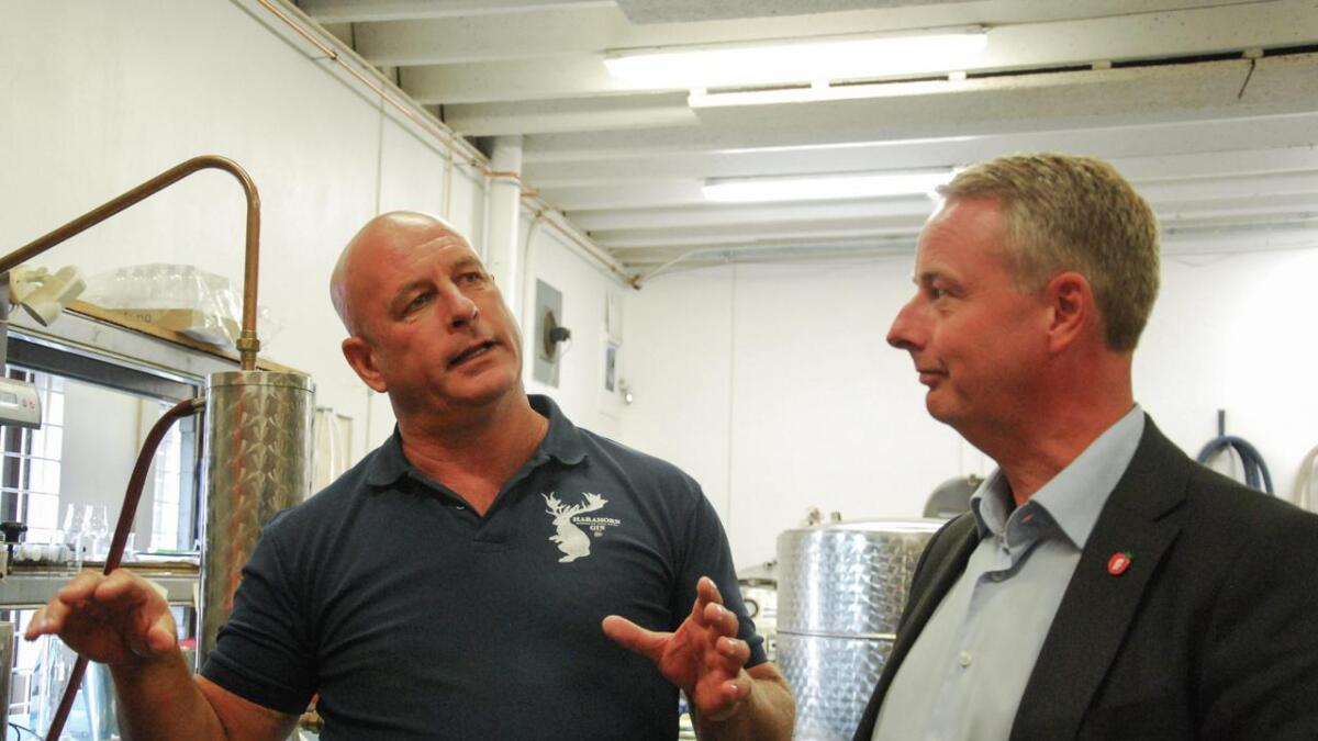 Det Norke Brenneri og K.G. Puntervold har hatt en solid salgsøkning til nå i år. Her erJohn Olav Pfaff og FrP-nestleder Terje Søviknes sammen i produksjonslokalene.