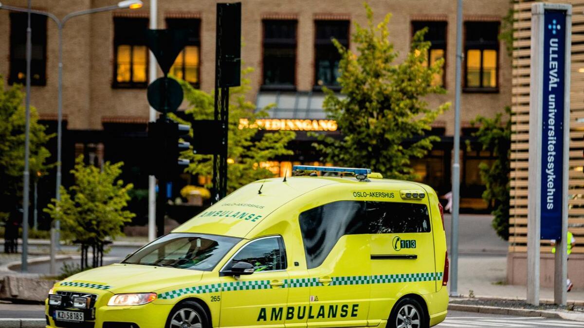 En mann ble kjørt til sykehus med alvorlige skader etter et fall på flere etasjer i Oslo natt til lørdag.