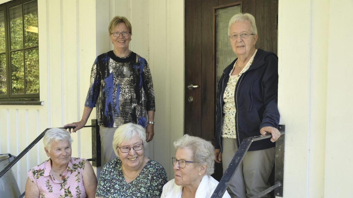 Liv Kveven (bak til venstre), Arnhild Hauge, Tordis Reinskås (framme frå venstre), Jenny Marie Hovden og leiar Hildeborg Reinskås legg ned drifta av Vråliosen blindesakslag etter 62 års drift. Båe