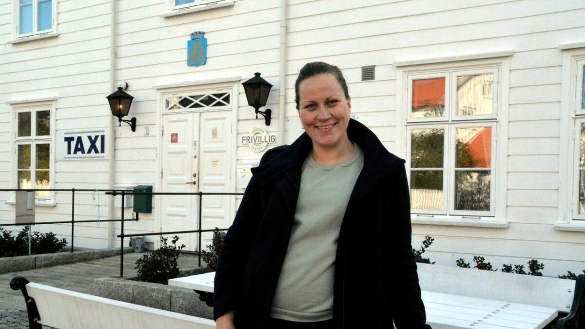 Natalia Hepnerova i Grimstad Frivilligsentral kan fylle opp kontoen deres med nye penger.
