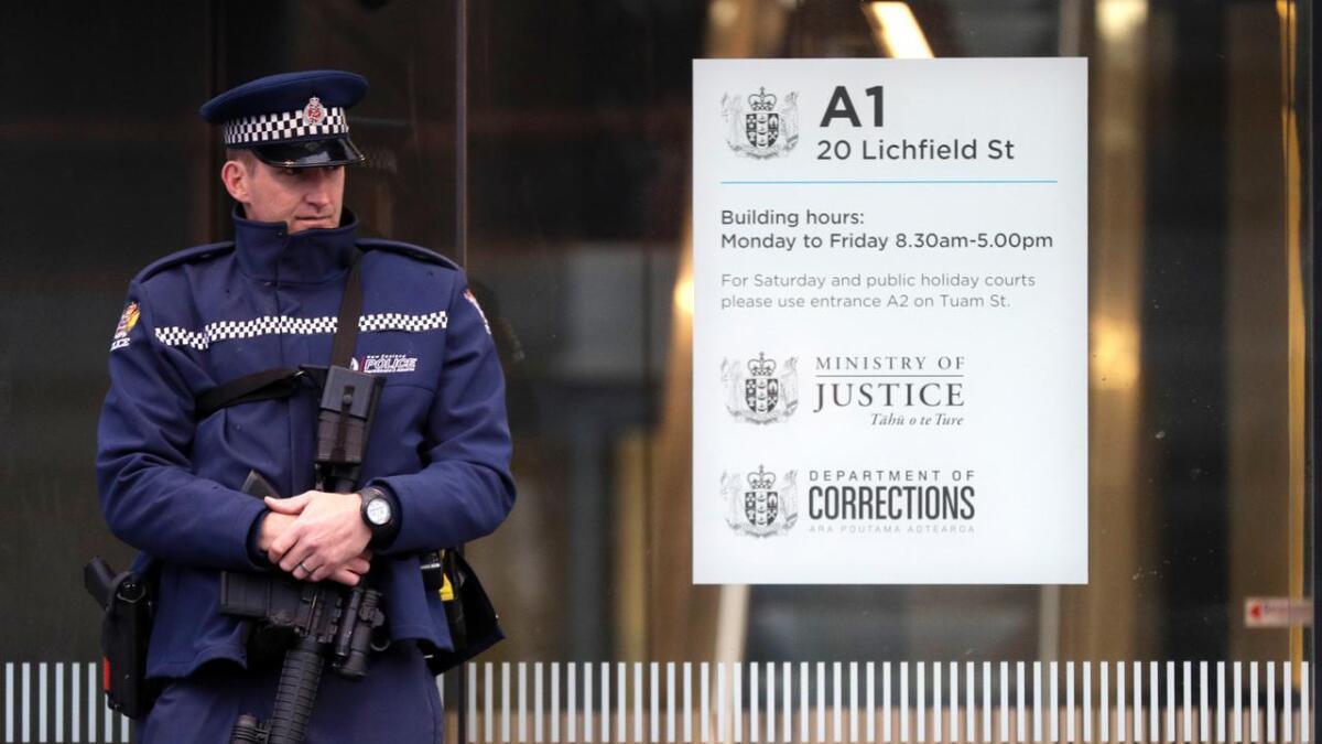 Mannen som er siktet for 50 drap etter moskéangrepene i Christchurch er fengslet fram til 14. juni. Her holder politiet vakt utenfor åstedet.