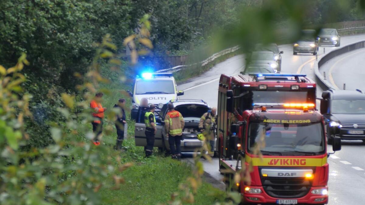 Nødetatene rykket ut til bilbrann på E18 ved Harebakken torsdag kveld.
