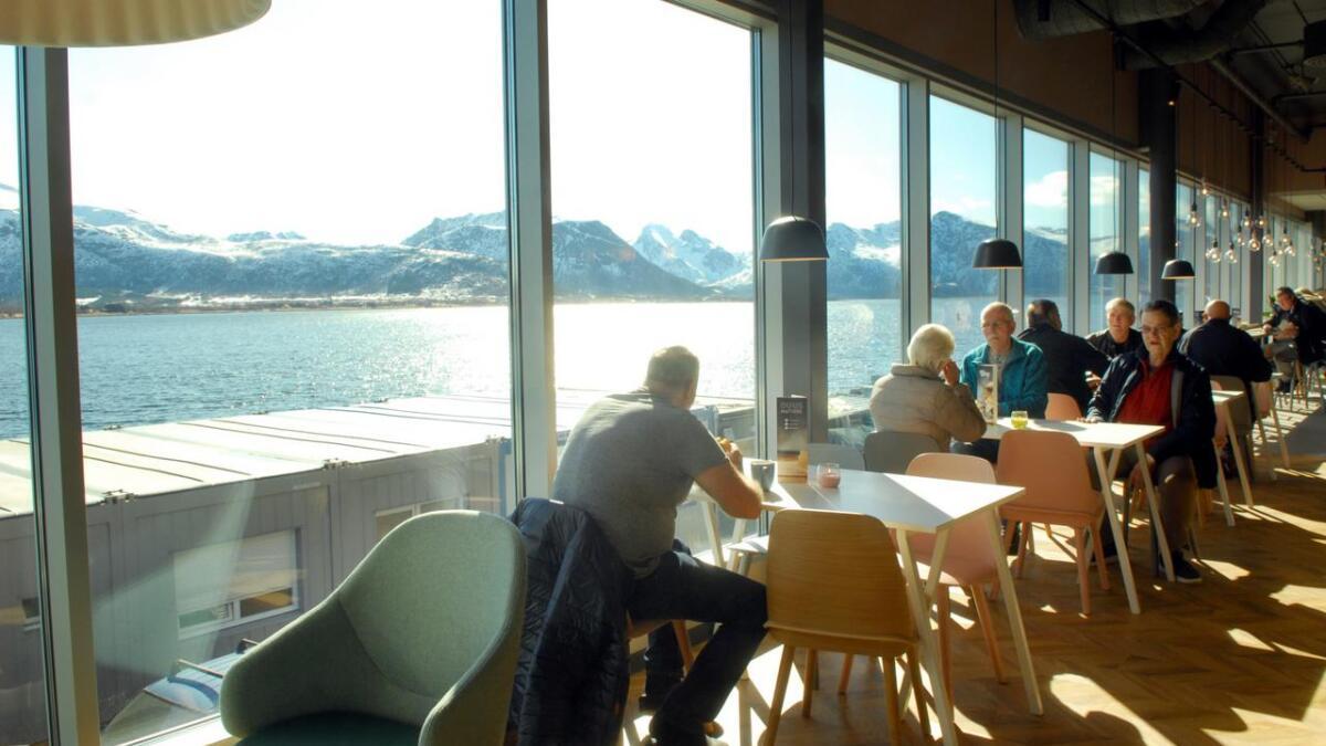 Strålende kafé-utsikt over sundet.