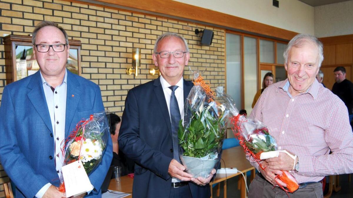 Etter fire års innsats ble representantene i kommunestyret takket av torsdag. Ekstra heder vanket det til assisterende rådmann Arne Mæhre (tv), avtroppende ordfører Atle Andersen (Ap) og Bjørn Hegstad (V). Sistnevnte trer til side etter utrolige 40 år som representant i organet.