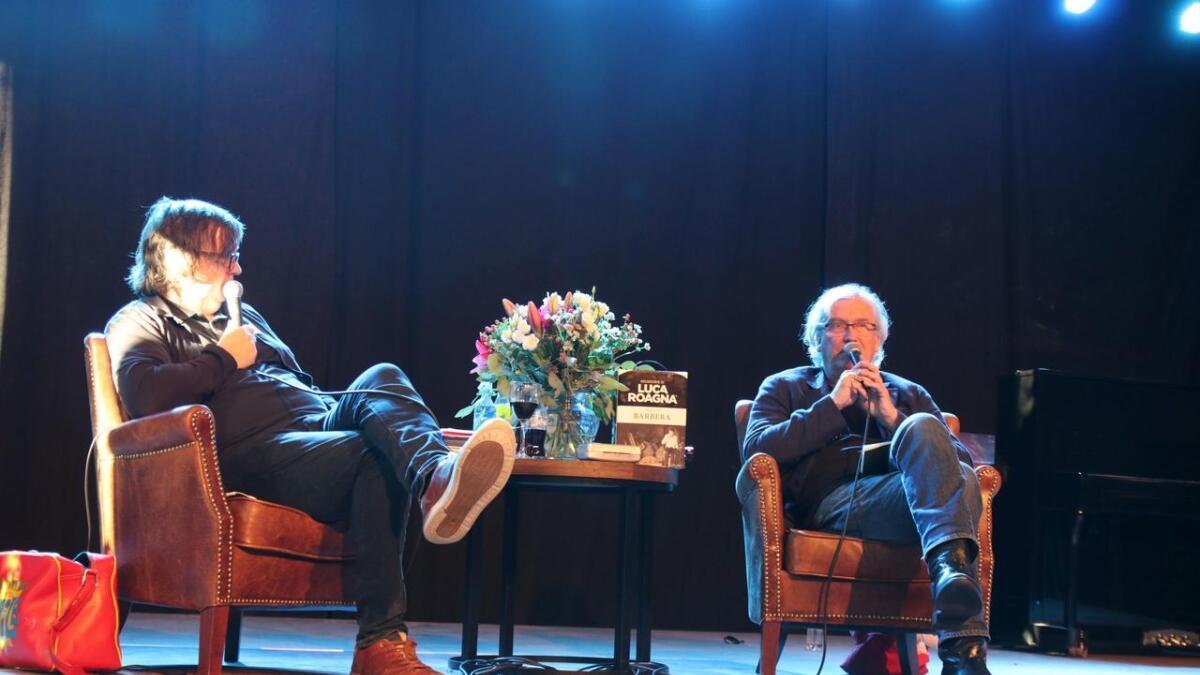 Finn Tokvam (t.v.) og Ragnar Hovland er begge mellom våre mest folkekjære humoristar. Dei var i si tid også skaparar av Pappvinfestivalen, på muren nedanfor Park. Men pappvinen på bordet mellom dei fekk stå i fred.