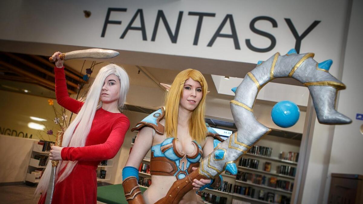 Camilla Flattum Olsen (19) i karakteren som Celaena Sardothien i Crown of Midnight (t.v.) og World of Warcraft-inspirerte Elene Nygård (20) var blant deltakerne i helgens cosplay-konkurranse. De har laget kostymene og tilbehøret selv.