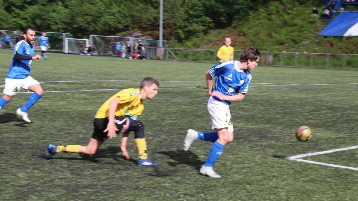 Remi Skaftun Søvik, i blå drakt til høgre, og lagkamerat Karim Almohammad, til venstre, skåra begge for Dale mot Galgen.