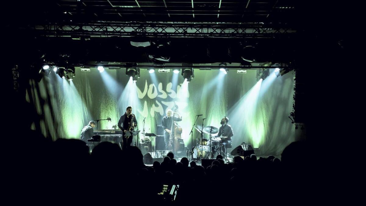 Mørkt og intimt i salen, men dei fire på scena lyste opp Vossa Jazz nr. 45. Frå venstre er Helge Lien, Marius Neset, Arild Andersen og Gard Nilssen.