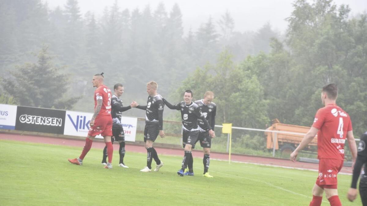 Martin Ramsland blir gratulert etter å ha sendt Sogndal i føringa