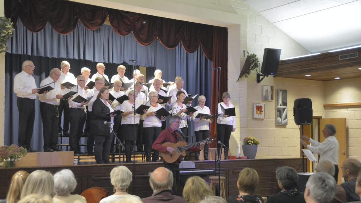 Mannskoret Ågapet, Tokke songlag og Geirr Lystrup tok publikum med på ei musikalsk reise på Sundvang kulturhus. Alle