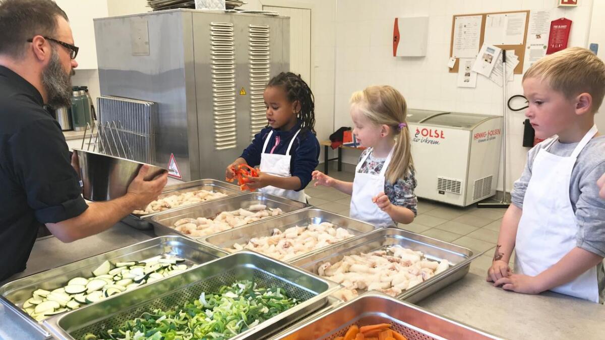 Kokken Roy Tore har fått hjelp av Solar, Elvira og Elliot til å kutte grønnsakene. Nå skal det legges i form med deilig torsk.