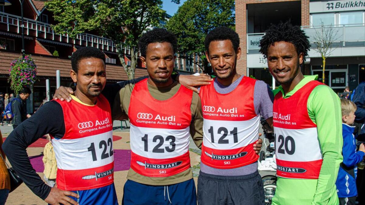 Semere Teklebrhan, Abel Solomon, Abrhale Sultan og Samson Tesfay har fått på seg startnummer og er klare for å legge ut på den 4,5 kilometer lange løypa.