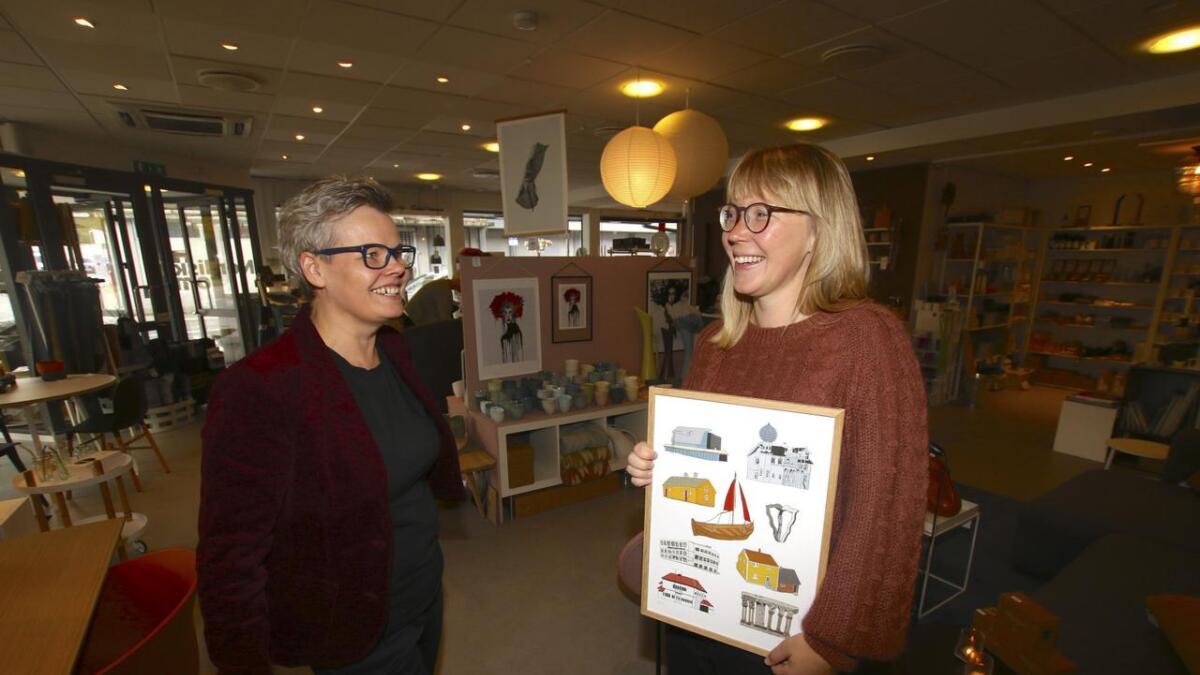 Det er vinn-vinn når Oda (Valle) og eg samarbeider, seier Kathrine Heggland. Ho er veldig nøgd med å få formidla bileta til Søfteland-illustratøren i butikken sin i Os.
