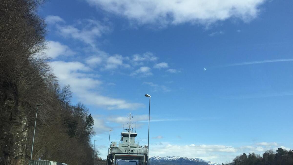 Ferja ligg til kai på Hatvik grunna tekniske problem.