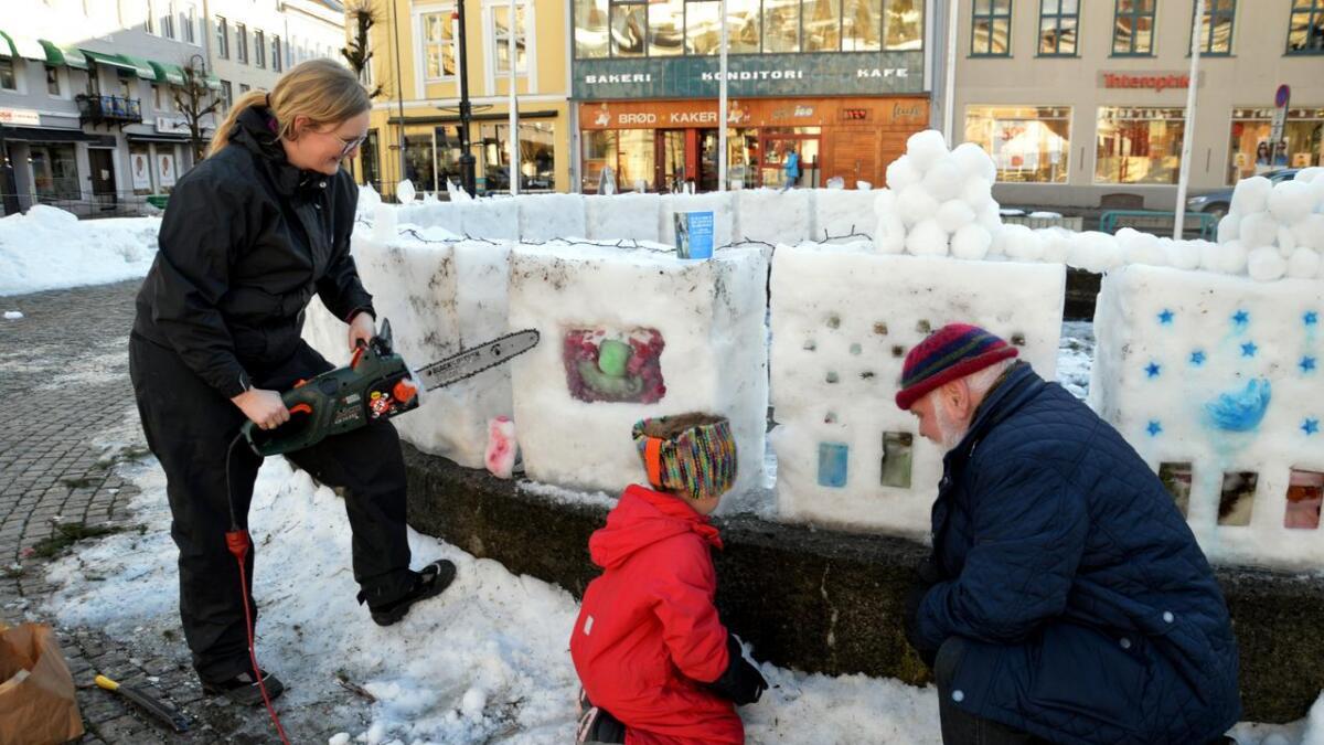 Kristine Kaba og Marie Kaba pyntet isblokker på Torvet sammen med Jan-Erik Sørenstuen.