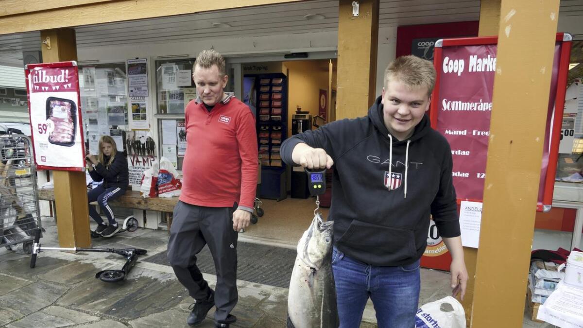Kristian Nygard Pettersen med ein fisk på vel 4,8 kg, vart fiskekonge og fekk fiskestang og gåvekort som premie. Styrar for Coopen og fiskefestivalen, Roger Fure til venstre.