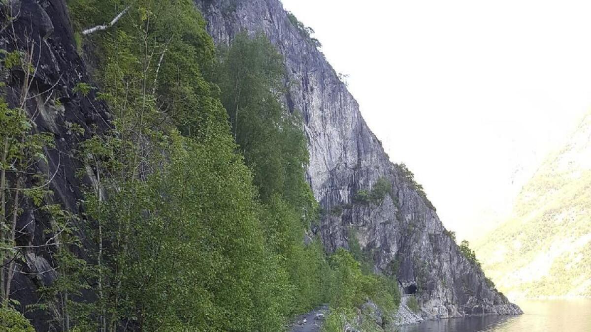 Gamlevegen til Osa er vanskeleg å sykla, mellom anna på grunn av steinar og holer i vegen.