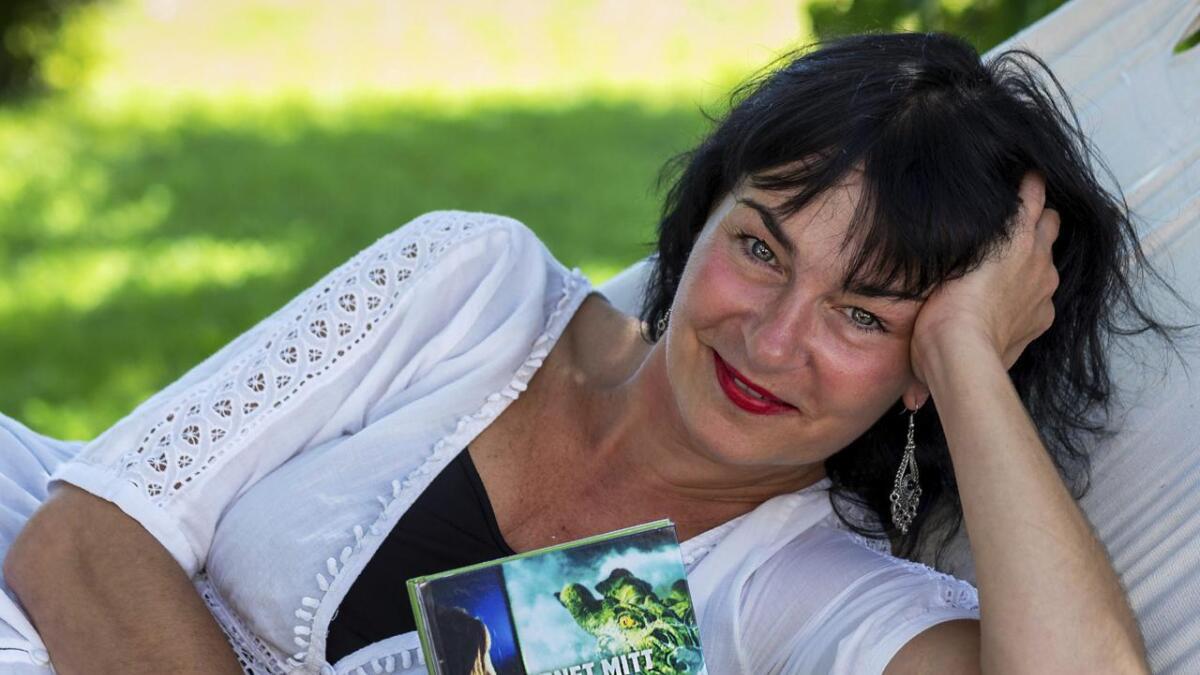 Inger Lise Køltzow fra Årnes er aktuell med boka «Barnet mitt gamer for mye. Krisehjelp for foreldre». Etter å ha skrevet mye det siste året nyter hun sommeren i en hengekøye.