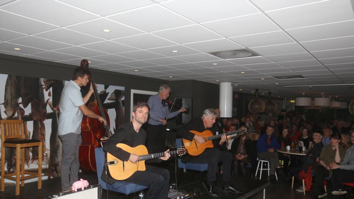 Hot club de Norvége spilte for en fullsatt storsal på Sortland hotell lørdag