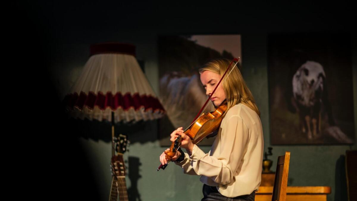 Helga Myhr er nominert til Folkelarmpris med bandet Morgonrode, og albumet deira med same namn. Ho skal også halde konsert med den ferske soloplata si under Folkelarm i november.