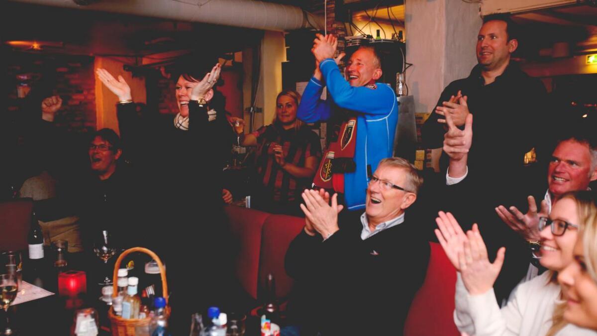 Det ble litt spenning i de i siste minuttene, men da seieren var sikret ga det gjenlyd hos hjemmepublikum på Sportsbaren. Elin og Ketil Mikalsen og Kjell Walther Sørensen var blant de mange som lot seiersgleden få utløp.