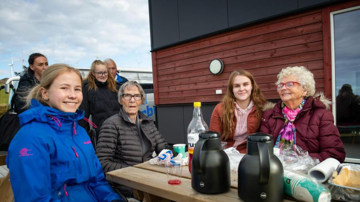 Maria Høl Nilsen (17) på VG2 Helsefag (t.v.) var følgjeperson for Astrid Dalen (87), medan Anna Johanne Herskedal Irgens (17) var følgjeperson for Nora Helland (87). Her drøsar dei over ein kopp kaffi.