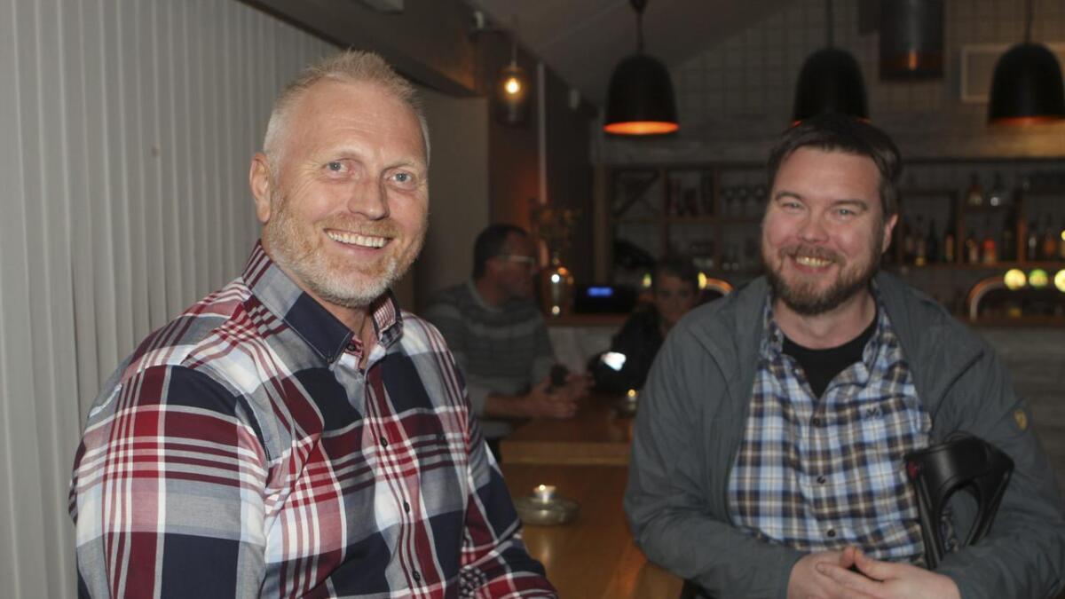 Venstres ordførarkandidat Gustav Folkestad (t.v.) på valvake ilag med 3. kandidat Henrik Johannessen.