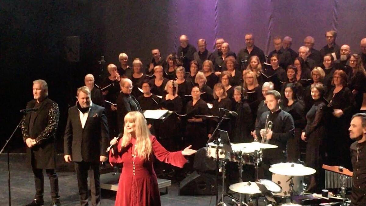 Sangere i særklasse med stor bredde, fra tradisjonelle juleklassikere til populærmusikk. I ryggen hadde de Eidsfjord Blandakor og Ytre Eidsfjord Sanglag.