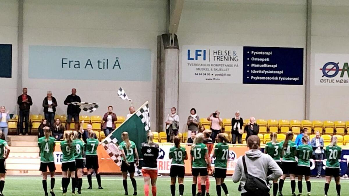Amazon takker støttespillerne som hadde tatt turen til LSK-hallen. Grimstad-laget røk 0-4 mot LSK, slik som i 3. runde også i 2015. Innfelt er trener Tommy Egeli og kaptein Cathrine Dyngvold.