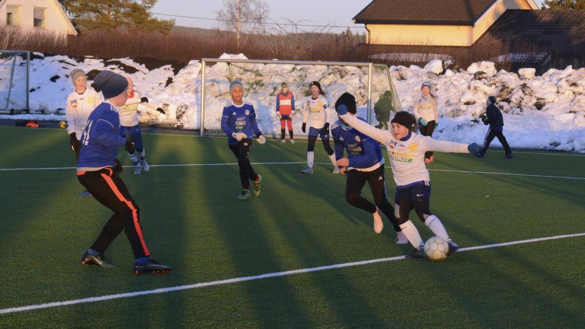 Her har Daniela Myrvang Freltofte ballen i mandagens treningskamp.