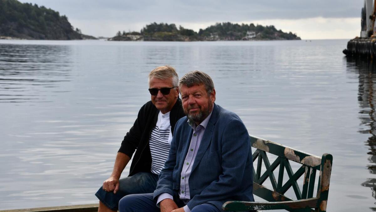 Her sitter Frp-politikere Lars Erling Berntsen (t.v.) og Arne Gulbrandsen og venter på at taxibåten skal komme til Lillesand og føre dem ut i skjærgården.