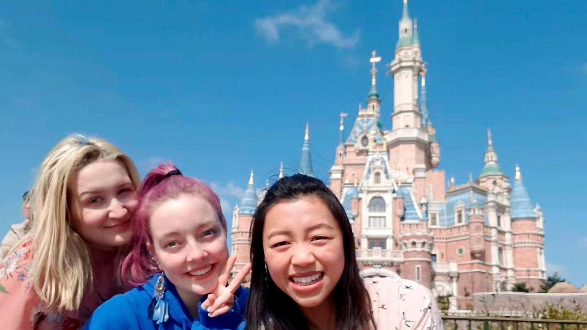 Benedicte Aadal fra Vennesla (i midten) har studert i storbyen Shanghai i Kina i nesten fire år. Her er hun sammen med sin venninne Elise Andersen fra Vennesla og venninnen Kate ved Shanghai Disneylan.d.