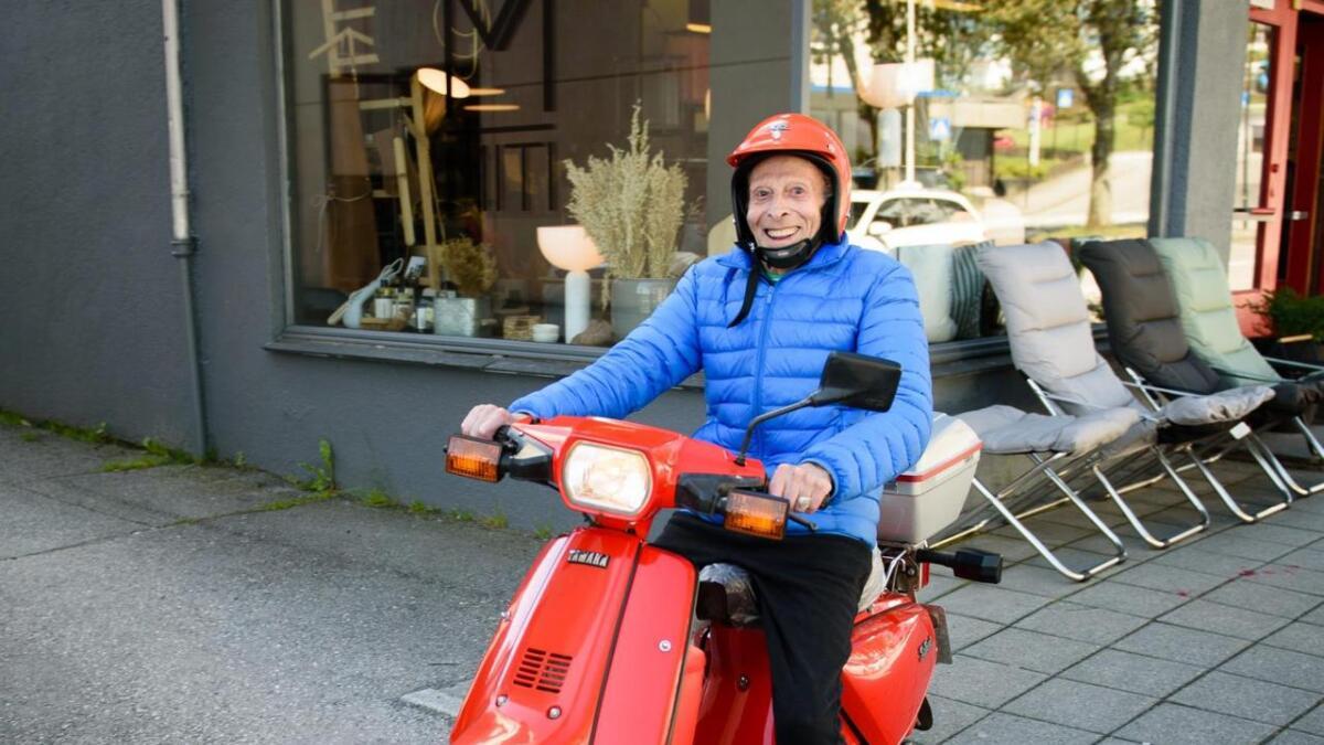 Med raud moped, blå jakke og raud hjelm lyste mopedisten opp som ein refleks i sommarsola i Leirvik.